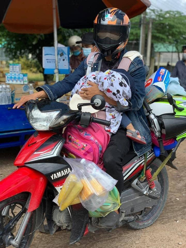 Người bố một mình địu con 2 tuổi đi xe máy hồi hương: Nó nhớ hơi mẹ, cứ khóc suốt - Ảnh 1.