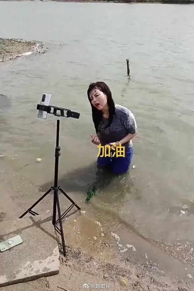 KOL Trung Quốc lợi dụng lũ lụt để câu view - Ảnh 2.