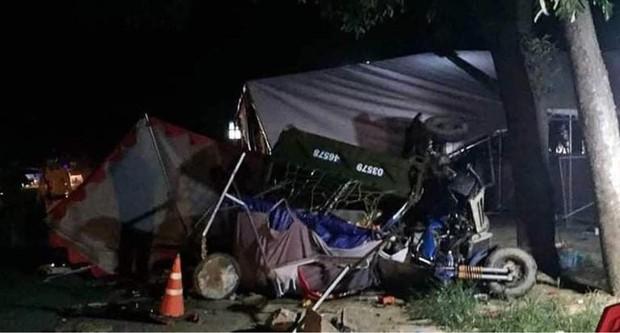 Đi xe ba gác về quê bị xe tải tông, gia đình 5 người thương vong - Ảnh 1.