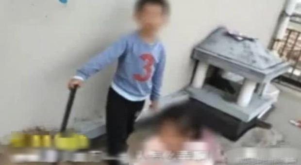 Bé trai 6 tuổi chọi gạch vỡ xe hơi tiền tỷ của người lạ, bị đòi bồi thường 35 triệu nhưng cách xử lý của ông bố khiến ai cũng phẫn nộ - Ảnh 2.