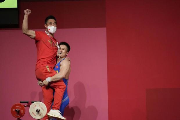 Olympic Tokyo: Xuất hiện nhà vô địch cử tạ lớn tuổi nhất lịch sử Thế vận hội - Ảnh 1.