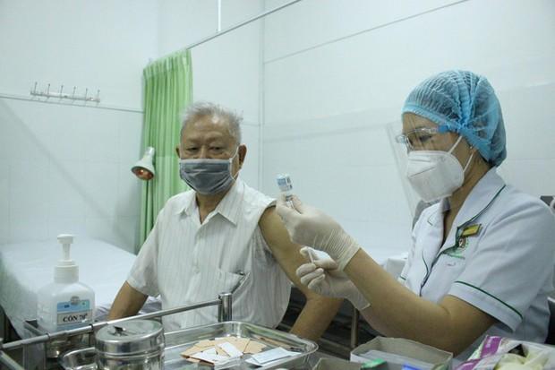 Thứ trưởng Bộ Y tế: Hãy chích vắc xin ngừa COVID-19 ngay khi đến lượt - Ảnh 2.