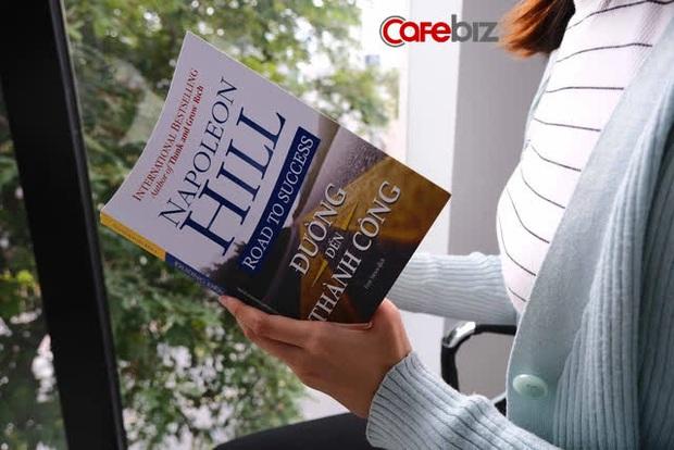 Tầm nhìn và kinh nghiệm sống của người tài ba bộc lộ qua những cuốn sách gối đầu giường: 5 đầu sách họ khuyên đọc - Ảnh 2.
