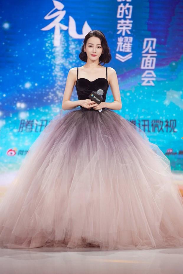 Địch Lệ Nhiệt Ba có nguyên 1 BST váy công chúa khiến hội bánh bèo nhìn mà nghiện, thú vị nhất chính là chiếc váy trùm cuối - Ảnh 6.