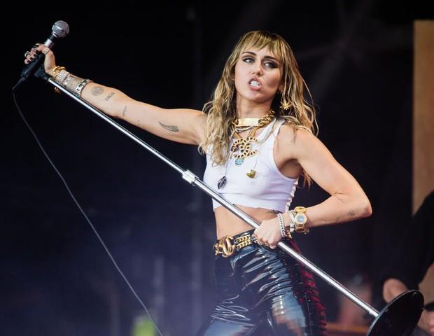 Bóc trần mặt tối Disney: Sao nhí rủ nhau hút cần sa, Miley Cyrus bị ép xin lỗi vì ảnh nude, sốc nhất vụ giám đốc dính phốt tình dục - Ảnh 5.