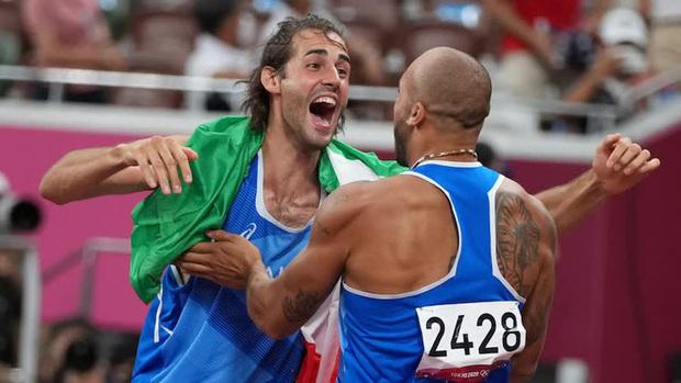 Hai VĐV nhảy cao hồi hộp tột độ vì có cùng thành tích, động thái bất ngờ sau đó của ban tổ chức khiến đôi bên vỡ oà, một người ôm mặt lăn lộn khóc không ngừng - Ảnh 3.