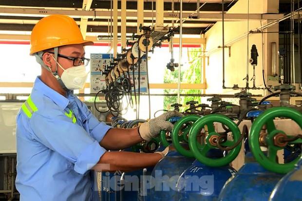 Cận cảnh nhà máy sản xuất oxy y tế khổng lồ phục vụ bệnh viện điều trị COVID-19 - Ảnh 4.
