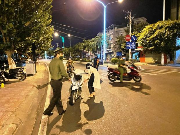 Nha Trang đêm đầu tiên áp dụng lệnh cấm ra đường - Ảnh 8.