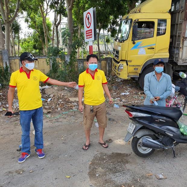 Nam thanh niên đi bộ từ Bình Thuận về Thanh Hóa, may mắn nhận món quà ý nghĩa dọc đường - Ảnh 1.