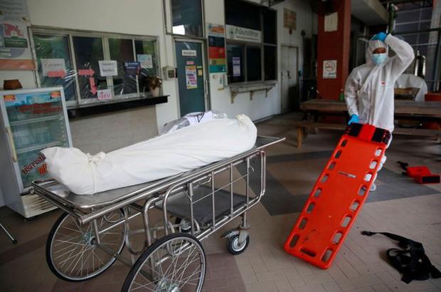Quá tải vì COVID-19, bệnh viện Thái Lan phải mua container đựng thi thể - Ảnh 4.