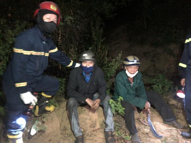 Giải cứu người đàn ông bị mắc kẹt trên vách núi giữa đám cháy rừng - Ảnh 2.