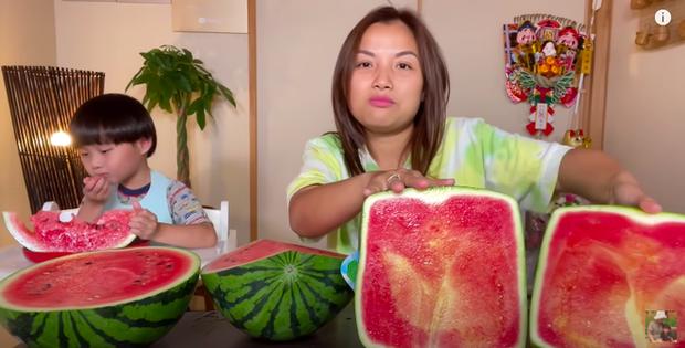 Quỳnh Trần JP trở thành YouTuber Việt Nam đầu tiên ăn quả dưa hấu khổng lồ: Giá rẻ như cho nhưng nhìn cực choáng ngợp - Ảnh 6.