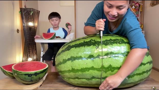 Quỳnh Trần JP trở thành YouTuber Việt Nam đầu tiên ăn quả dưa hấu khổng lồ: Giá rẻ như cho nhưng nhìn cực choáng ngợp - Ảnh 4.