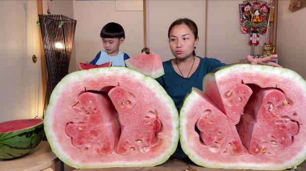 Quỳnh Trần JP trở thành YouTuber Việt Nam đầu tiên ăn quả dưa hấu khổng lồ: Giá rẻ như cho nhưng nhìn cực choáng ngợp - Ảnh 7.