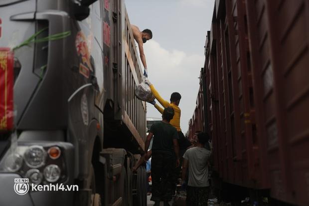 Hoà Bình chuyển gần 400 tấn nhu yếu phẩm ủng hộ người dân TP.HCM chống dịch - Ảnh 3.