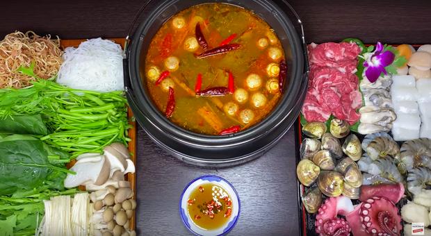 """""""Lịch sử"""" lặp lại: Nước Nhật đang sốt sắng lo bão đổ bộ, Quỳnh Trần JP… mua thịt làm lẩu nướng ăn - Ảnh 2."""