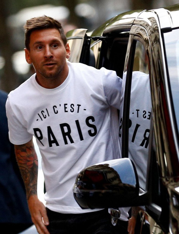 Messi không thể ngừng cười khi vẫy tay chào fan PSG từ ban công khách sạn - Ảnh 1.