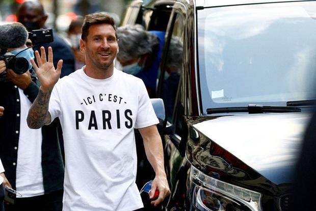 Messi không thể ngừng cười khi vẫy tay chào fan PSG từ ban công khách sạn - Ảnh 2.