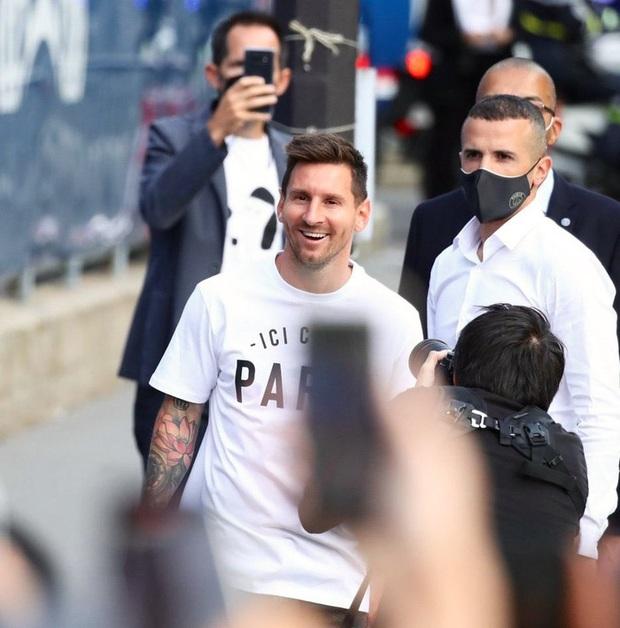 Messi không thể ngừng cười khi vẫy tay chào fan PSG từ ban công khách sạn - Ảnh 14.