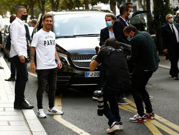 Messi không thể ngừng cười khi vẫy tay chào fan PSG từ ban công khách sạn - Ảnh 5.