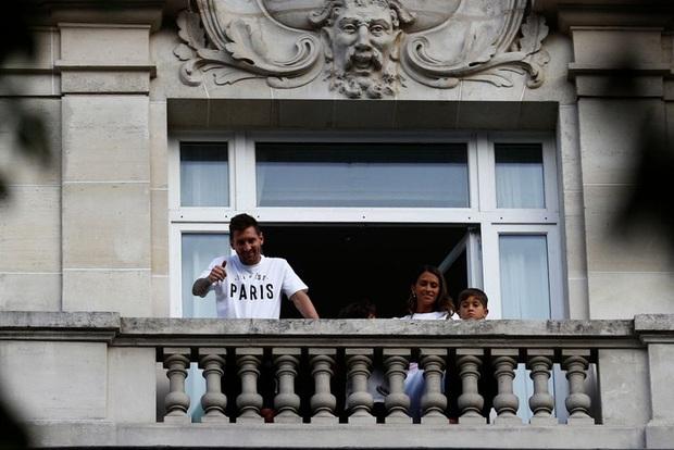 Messi không thể ngừng cười khi vẫy tay chào fan PSG từ ban công khách sạn - Ảnh 9.