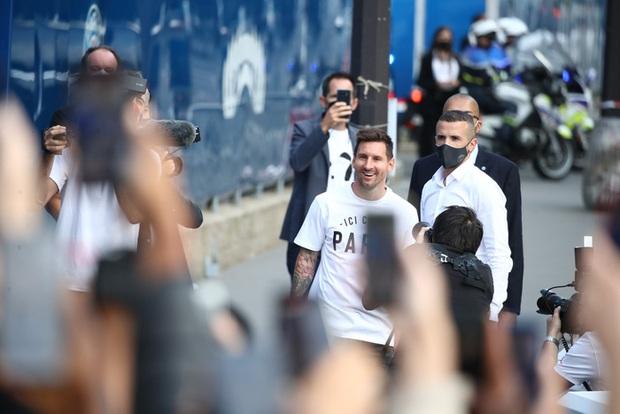 Messi không thể ngừng cười khi vẫy tay chào fan PSG từ ban công khách sạn - Ảnh 13.