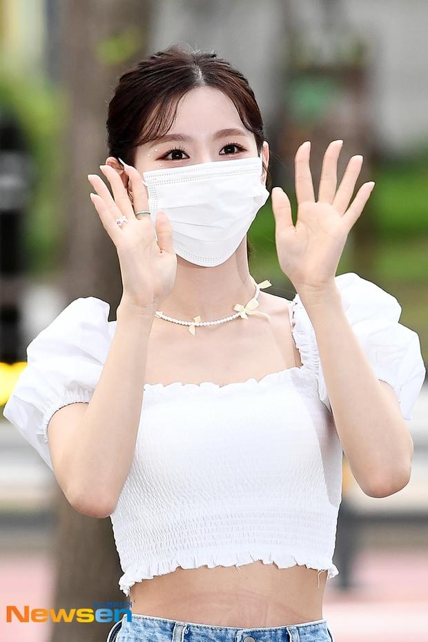 Kiểm chứng nhan sắc của dàn idol trên đường đi làm: Rosé eo nhỏ khó tin, Jeon Somi đẹp như búp bê, Irene lộ vòng 1 lấp ló sexy xịt máu - Ảnh 15.