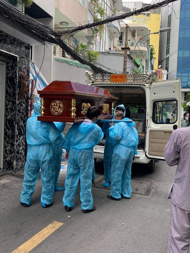 Tang lễ gấp rút của ca sĩ Việt Quang: Không kèn trống, khâm liệm tại nhà riêng, xót xa nụ cười người quá cố trên di ảnh - Ảnh 4.