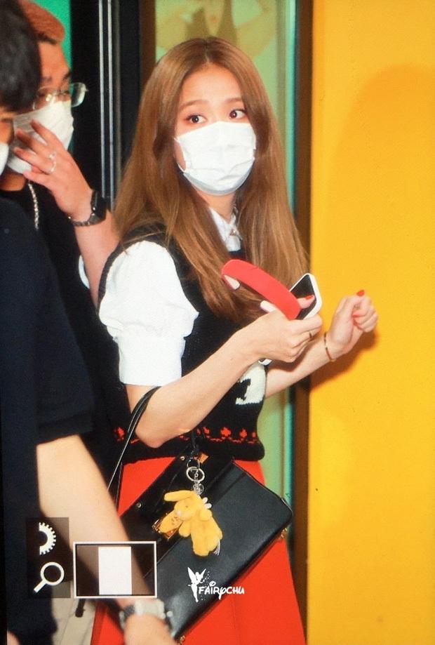 Kiểm chứng nhan sắc của dàn idol trên đường đi làm: Rosé eo nhỏ khó tin, Jeon Somi đẹp như búp bê, Irene lộ vòng 1 lấp ló sexy xịt máu - Ảnh 4.