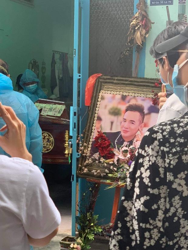 Tang lễ gấp rút của ca sĩ Việt Quang: Không kèn trống, khâm liệm tại nhà riêng, xót xa nụ cười người quá cố trên di ảnh - Ảnh 2.