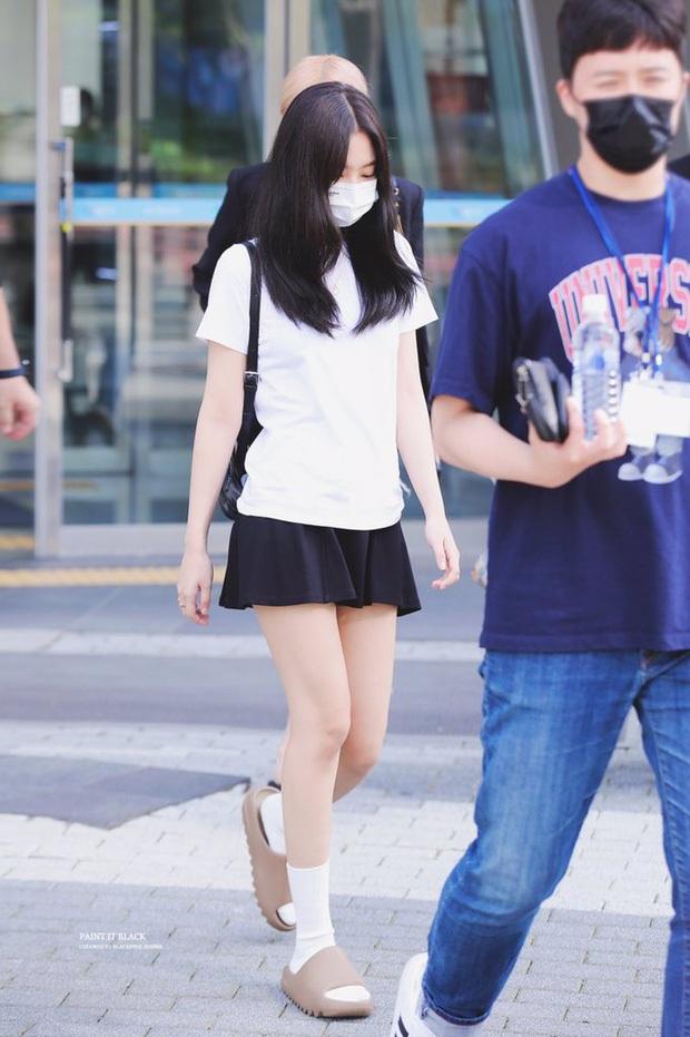 Kiểm chứng nhan sắc của dàn idol trên đường đi làm: Rosé eo nhỏ khó tin, Jeon Somi đẹp như búp bê, Irene lộ vòng 1 lấp ló sexy xịt máu - Ảnh 7.
