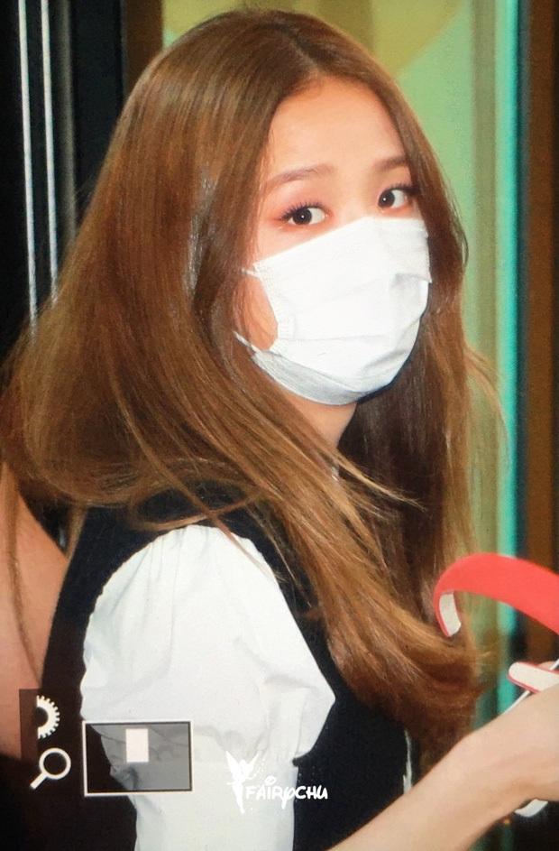 Kiểm chứng nhan sắc của dàn idol trên đường đi làm: Rosé eo nhỏ khó tin, Jeon Somi đẹp như búp bê, Irene lộ vòng 1 lấp ló sexy xịt máu - Ảnh 5.