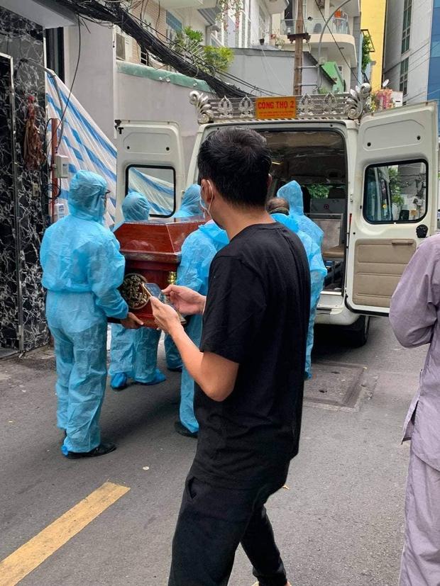 Tang lễ gấp rút của ca sĩ Việt Quang: Không kèn trống, khâm liệm tại nhà riêng, xót xa nụ cười người quá cố trên di ảnh - Ảnh 3.