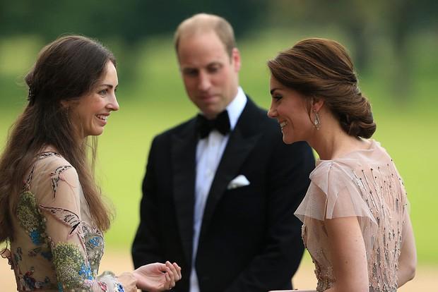 Tiểu tam tin đồn khiến Hoàng tử William say nắng 1 thời: Ăn vận sexy táo bạo, phong thái khác hẳn Công nương Kate - Ảnh 1.