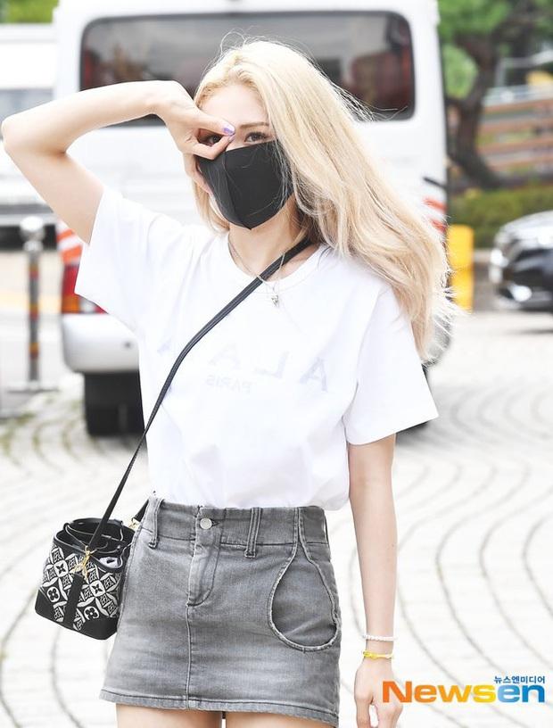 Kiểm chứng nhan sắc của dàn idol trên đường đi làm: Rosé eo nhỏ khó tin, Jeon Somi đẹp như búp bê, Irene lộ vòng 1 lấp ló sexy xịt máu - Ảnh 14.