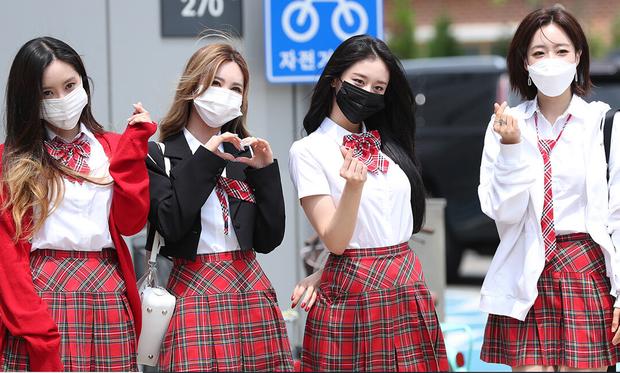 Kiểm chứng nhan sắc của dàn idol trên đường đi làm: Rosé eo nhỏ khó tin, Jeon Somi đẹp như búp bê, Irene lộ vòng 1 lấp ló sexy xịt máu - Ảnh 19.