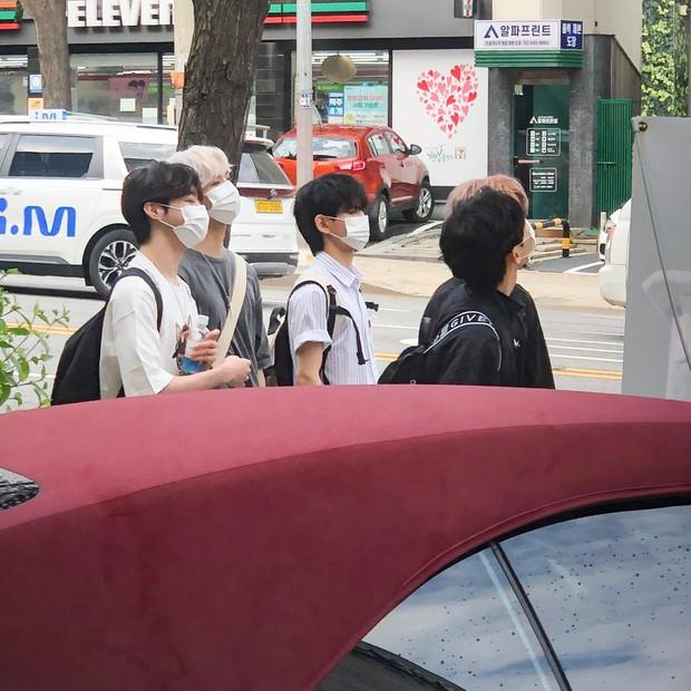 Hanbin leo top 1 trending khi lần đầu lộ diện cùng trainee công ty mới tại Hàn, có hành động đặc biệt khiến fan Việt ấm lòng - Ảnh 2.