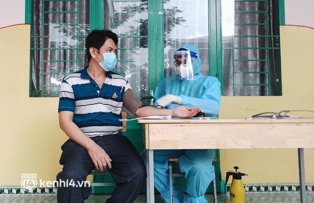 Người dân ở TP.HCM ngồi đợi dưới mưa để tiêm vaccine Vero Cell - Ảnh 7.