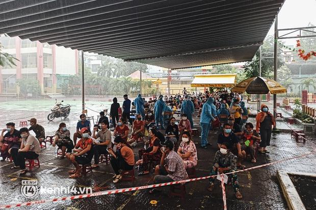 Người dân ở TP.HCM ngồi đợi dưới mưa để tiêm vaccine Vero Cell - Ảnh 4.