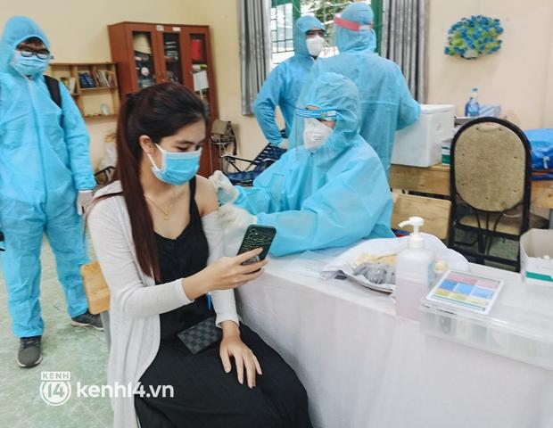 Người dân ở TP.HCM ngồi đợi dưới mưa để tiêm vaccine Vero Cell - Ảnh 10.