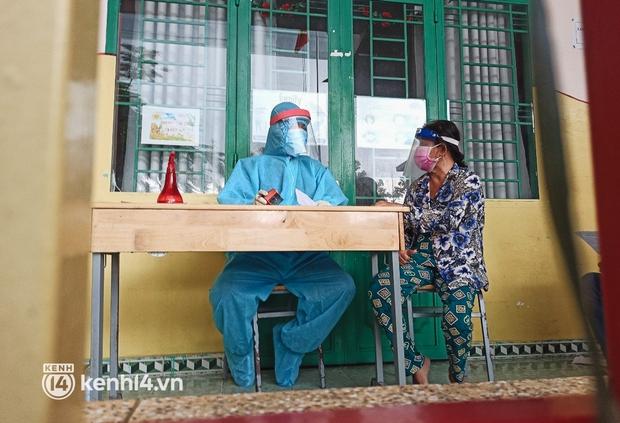 Người dân ở TP.HCM ngồi đợi dưới mưa để tiêm vaccine Vero Cell - Ảnh 5.