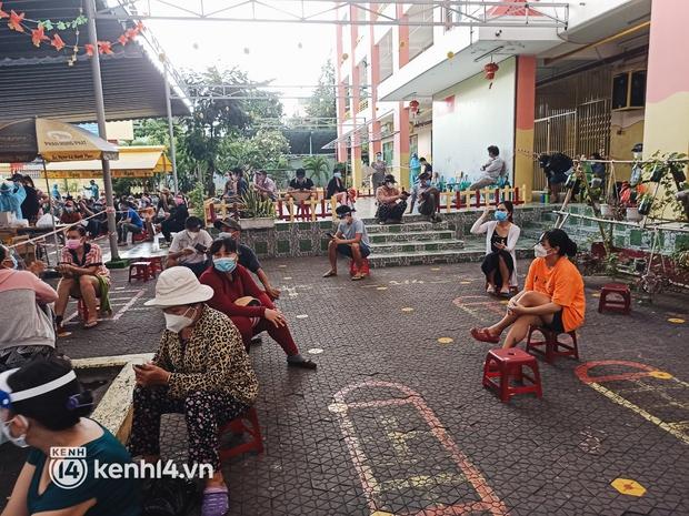 Người dân ở TP.HCM ngồi đợi dưới mưa để tiêm vaccine Vero Cell - Ảnh 3.