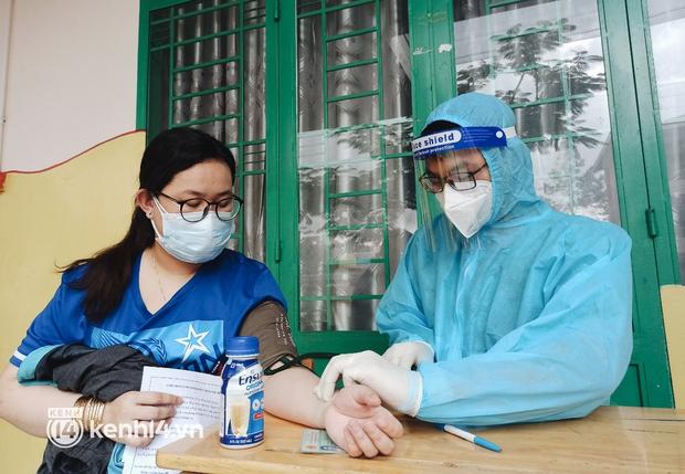 Người dân ở TP.HCM ngồi đợi dưới mưa để tiêm vaccine Vero Cell - Ảnh 6.