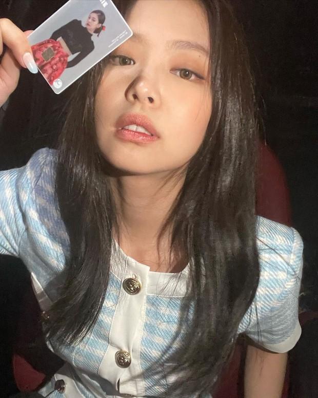 Jennie (BLACKPINK) lên đồ chanh sả như tiểu thư khoe visual xinh ngất, vô tình lộ chi tiết về đẳng cấp siêu giàu và gia thế khủng - Ảnh 3.