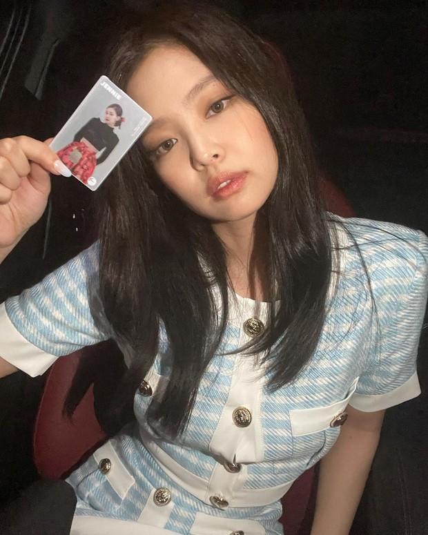 Jennie (BLACKPINK) lên đồ chanh sả như tiểu thư khoe visual xinh ngất, vô tình lộ chi tiết về đẳng cấp siêu giàu và gia thế khủng - Ảnh 2.