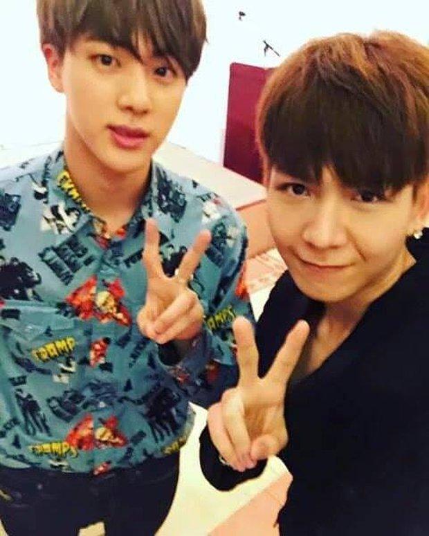 Hú hồn xem lại ảnh hiếm V (BTS) chụp hình với anh em sinh đôi ở Việt Nam, fan Kelvin Khánh giờ đã quay xe stan BTS chưa? - Ảnh 2.