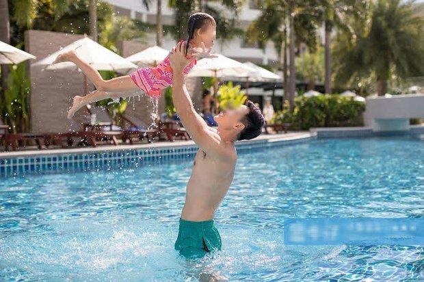 Bố dắt con gái vào hồ bơi rồi cùng nhau làm một điều mà ai nấy cũng phẫn nộ phải gọi ngay bảo vệ, cách xử lý sau đó càng khó hiểu - Ảnh 1.
