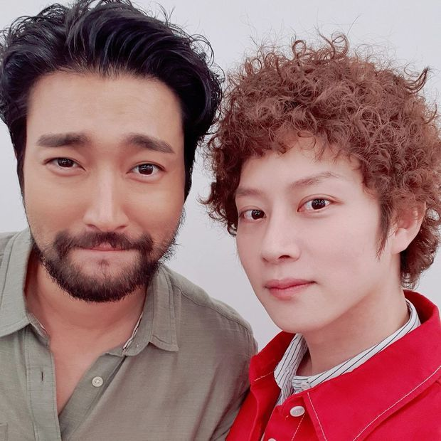 Khóc thét visual 2 nam thần Suju: Siwon râu ria xồm xoàm dừ như ông chú, Heechul tiên tử để đầu xù bông bà thím - Ảnh 2.