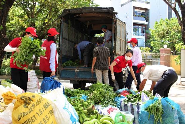Nông dân vùng xanh ở Đà Nẵng gom rau xanh, nông sản gửi tặng vùng đỏ Sơn Trà - Ảnh 1.