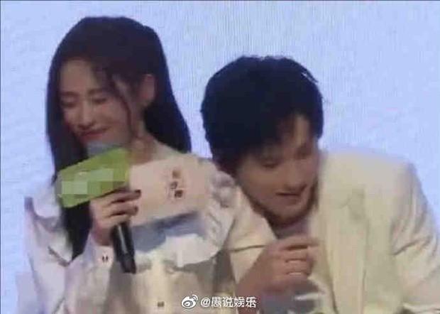 Bức xúc khoảnh khắc Trương Triết Hạn khoá chặt Cúc Tịnh Y trên giường, cố tình hôn má khiến nhân viên tỏ thái độ ra mặt - Ảnh 5.
